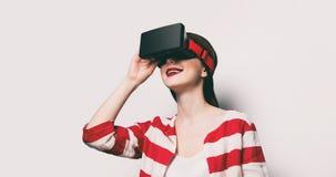 Mujer con el artilugio de la realidad virtual Imagenes de archivo