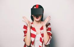 Mujer con el artilugio de la realidad virtual Fotos de archivo libres de regalías