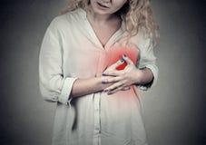 Mujer con el ataque del corazón, dolor, problema de salud que celebra el tacto de su pecho imagen de archivo libre de regalías