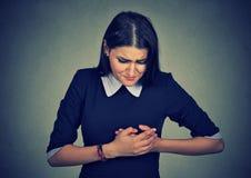 Mujer con el ataque del corazón, dolor, problema de salud que celebra el tacto de su pecho fotografía de archivo libre de regalías
