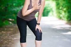 Mujer con el ataque del corazón, lesión mientras que corre, trauma durante entrenamiento imagenes de archivo