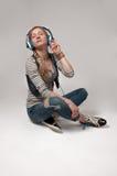 Mujer con el auricular que escucha la música Imágenes de archivo libres de regalías
