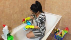 Mujer con el baño limpio del agente de limpieza almacen de video