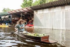 Mujer con el barco controlado en el mercado flotante cerca de Bangkok, Tailandia, 28 10 2011 Fotografía de archivo libre de regalías