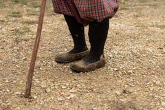 Mujer con el bastón en el pueblo fotografía de archivo libre de regalías