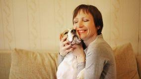 Mujer con el beagle almacen de metraje de vídeo
