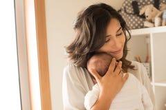 Mujer con el bebé recién nacido Imagenes de archivo