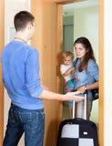 Mujer con el bebé y la maleta Fotos de archivo