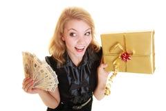 Mujer con el billete de banco de la caja de regalo y del dinero del pulimento Foto de archivo