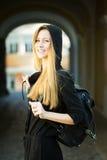 Mujer con el bolso al aire libre Imagen de archivo libre de regalías
