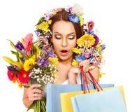 Mujer con el bolso de compras que sostiene la flor. Fotos de archivo