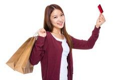Mujer con el bolso de compras y de la tarjeta de crédito jovenes Fotos de archivo libres de regalías
