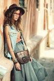 Mujer con el bolso de cuero Fotos de archivo