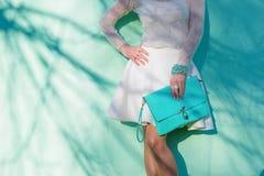Mujer con el bolso de embrague imagenes de archivo