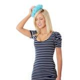 Mujer con el bolso de hielo Foto de archivo libre de regalías