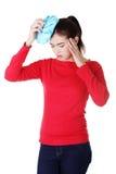 Mujer con el bolso de hielo para los dolores de cabeza y las jaquecas Fotografía de archivo libre de regalías