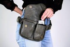 Mujer con el bolso de la correa de dinero imágenes de archivo libres de regalías