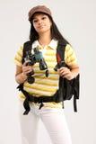 Mujer con el bolso del recorrido y binocular Fotografía de archivo
