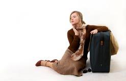 Mujer con el bolso enorme Fotos de archivo libres de regalías