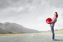 Mujer con el bolso rojo Fotografía de archivo libre de regalías