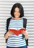 Mujer con el bolso y el libro Fotografía de archivo
