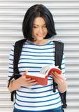 Mujer con el bolso y el libro Foto de archivo