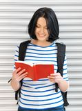 Mujer con el bolso y el libro Imágenes de archivo libres de regalías