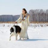 Mujer con el borzoi al aire libre Foto de archivo libre de regalías