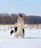 Mujer con el borzoi al aire libre Fotos de archivo