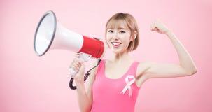 Mujer con el cáncer de pecho de la prevención fotos de archivo