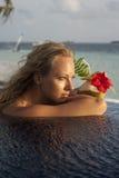 Mujer con el cóctel del coco Fotografía de archivo libre de regalías