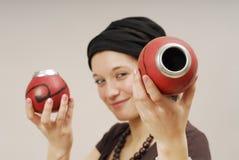 Mujer con el calabash en la pista Foto de archivo libre de regalías