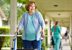 Mujer con el caminante en clínica de reposo Fotografía de archivo