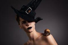 Mujer con el caracol en sombrero. Moda. Gótico Fotografía de archivo