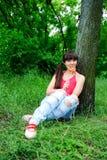 Mujer con el caramelo al aire libre. Foto de archivo libre de regalías