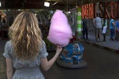 Mujer con el caramelo de algodón Fotos de archivo libres de regalías
