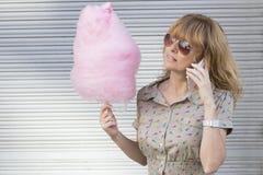 Mujer con el caramelo de algodón Imágenes de archivo libres de regalías