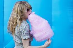 Mujer con el caramelo de algodón Fotos de archivo