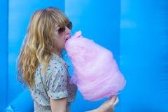 Mujer con el caramelo de algodón Fotografía de archivo libre de regalías