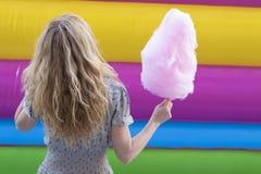 Mujer con el caramelo de algodón Fotografía de archivo