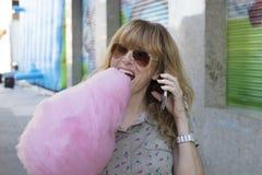 Mujer con el caramelo de algodón Foto de archivo