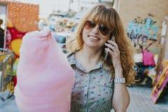 Mujer con el caramelo de algodón Imagen de archivo libre de regalías