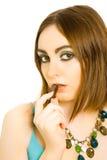 Mujer con el caramelo en sus labios Foto de archivo