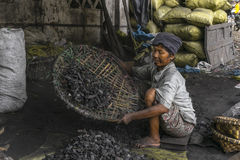 Mujer con el carbón Imagen de archivo