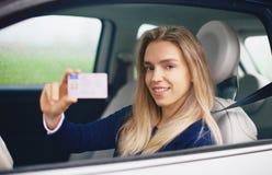 Mujer con el carné de conducir, conductor joven Fotografía de archivo
