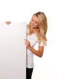 Mujer con el cartel vacío para hacer publicidad de la apertura Fotos de archivo