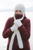 mujer con el casquillo de las lanas Foto de archivo libre de regalías