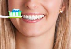 Mujer con el cepillo de dientes Foto de archivo libre de regalías