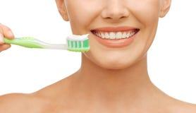 Mujer con el cepillo de dientes Imagen de archivo