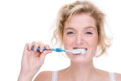 Mujer con el cepillo de dientes fotos de archivo libres de regalías